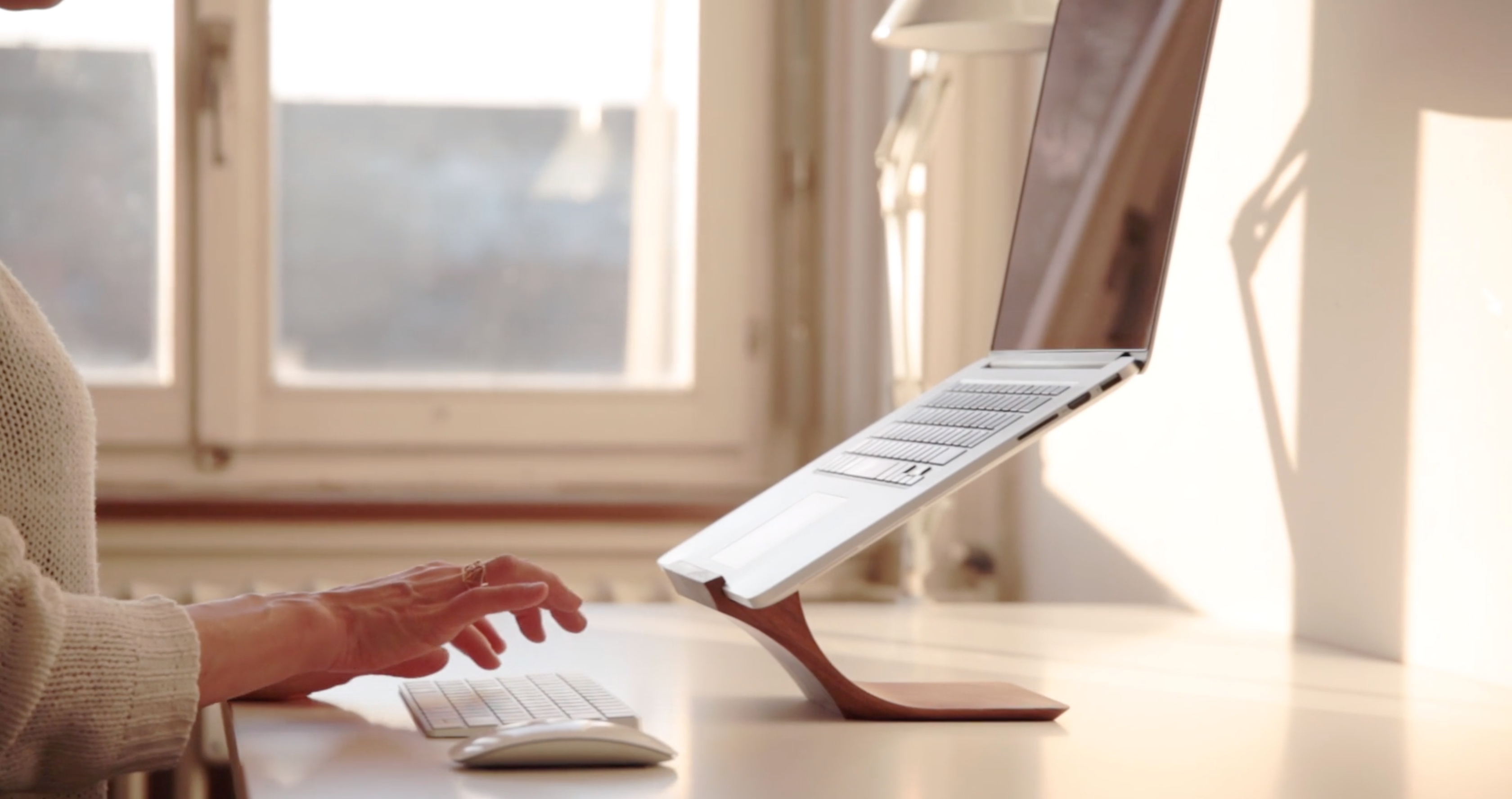 Yohann-MacBook-stand-desk